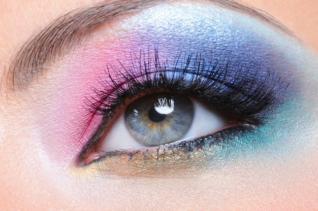 Beau maquillage de mode lumineux de l'oeil féminin - macro shot