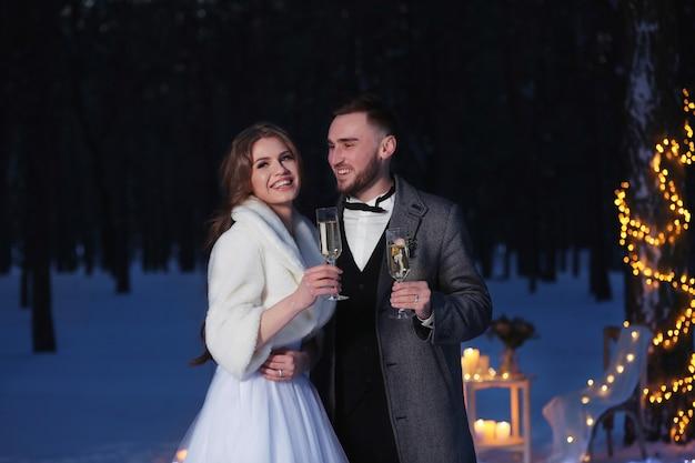 Beau mariage d'hiver à l'extérieur en soirée