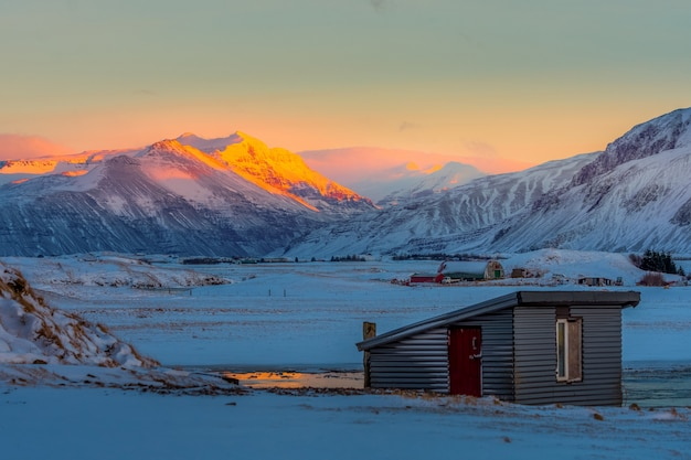 Beau matin de lever de soleil au pays de l'hiver islandais.
