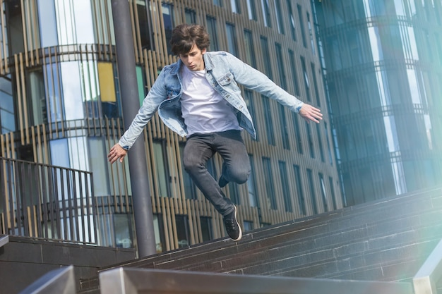 Beau mec athlétique faisant des cascades extrêmes dans la ville