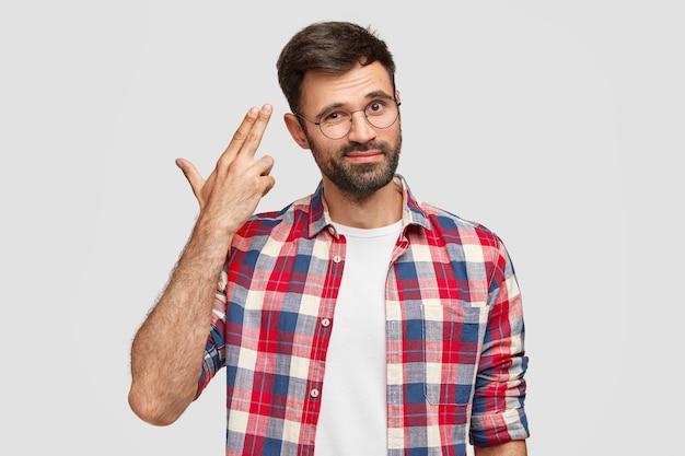 Beau mec barbu mécontent en avoir marre de la vie quotidienne, fait un geste de suicide