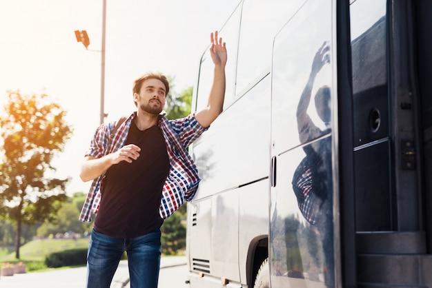 Le beau mec court après l'échec d'un homme de bus