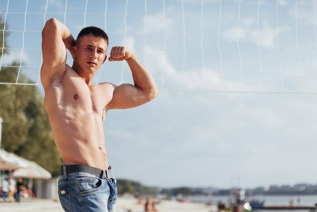 Beau mec culturiste athlétique, effectue des exercices