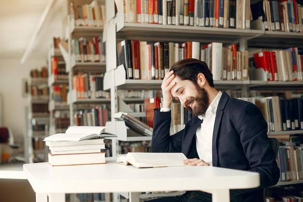 Beau mec étudier à la bibliothèque
