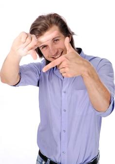 Beau mec faisant cadre avec ses mains