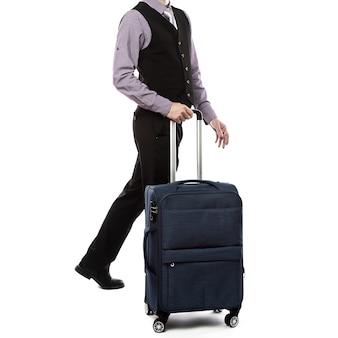 Beau mec marchant avec des bagages