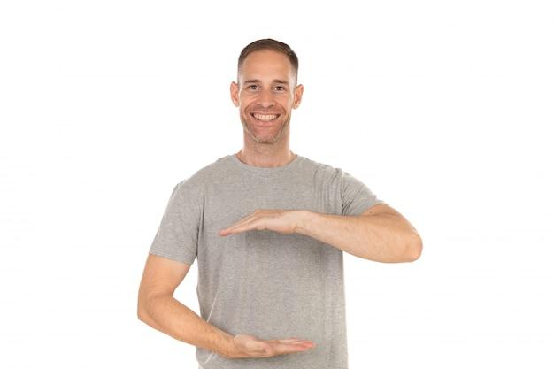 Beau mec pointant quelque chose avec ses mains
