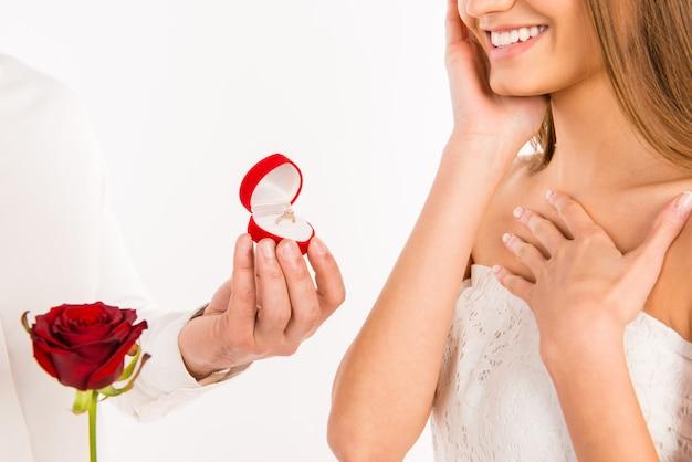 Beau mec proposant à sa petite amie