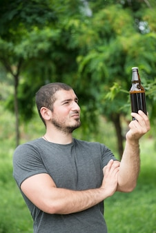 Beau mec regarde la bière