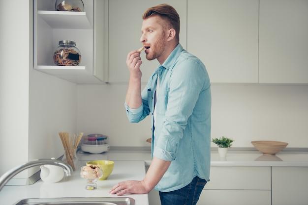 Beau mec rousse dans la cuisine