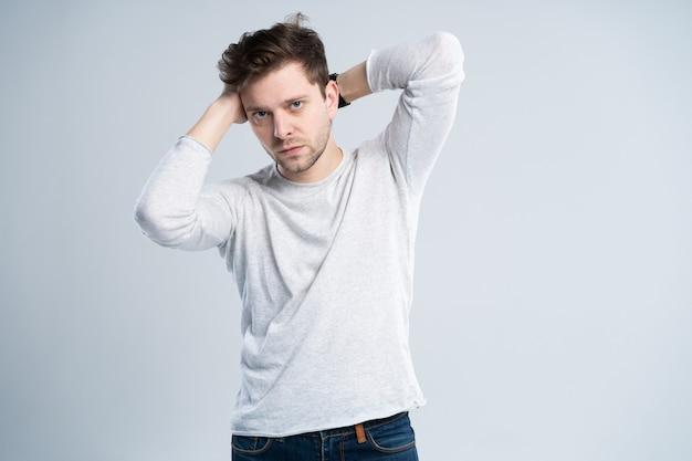 Beau mec en t-shirt blanc
