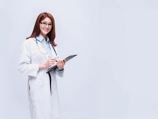 Un beau médecin qui peut être à la fois dentiste, chirurgien, médecin de la beauté.
