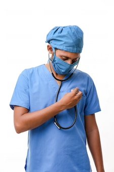 Beau médecin de sexe masculin debout sur fond blanc.