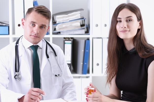 Beau médecin de sexe masculin explique la prescription