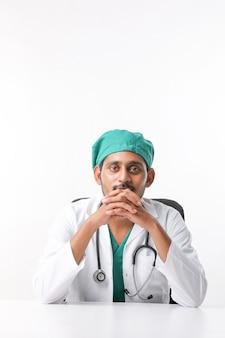 Beau médecin de sexe masculin sur fond blanc