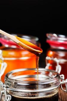 Beau miel naturel de couleur ambrée, miel d'abeille collecté par les abeilles au printemps et en été, le miel est emballé