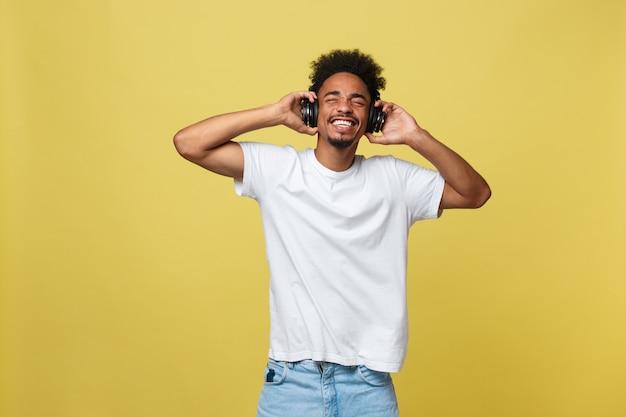 Beau modèle africain avec barbe écoutant de la musique.