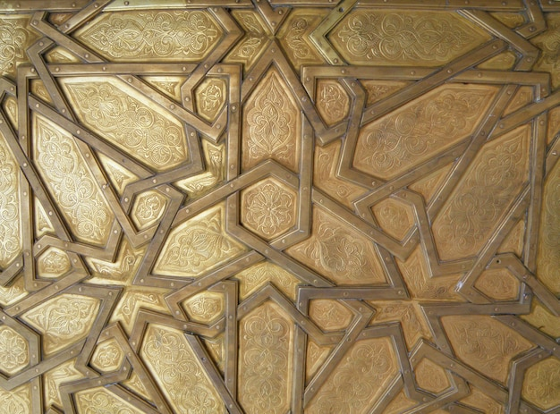 Beau modèle arabe de la porte en laiton du palais royal à fès, maroc, pour fond