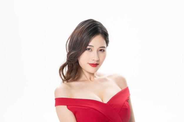 Beau modèle asiatique utilisant une robe rouge