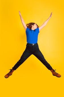 Beau modèle bouclé féminin sautant