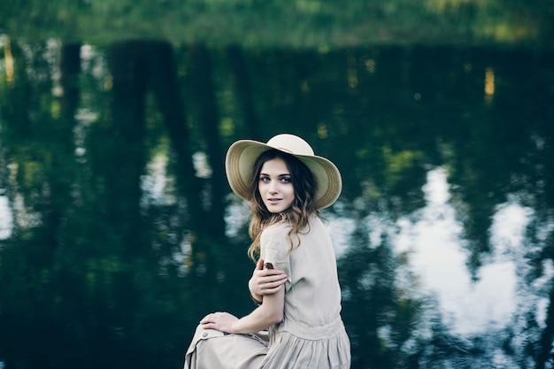 Beau modèle en chapeau et robe