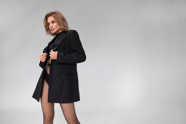 Beau modèle féminin en bas collants