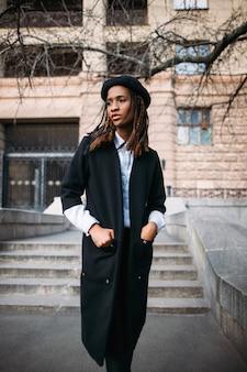 Beau modèle féminin noir. style de mode. femme afro-américaine en mise au point sélective, temps d'automne, concept de beauté