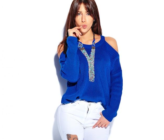 Beau modèle femme brune hipster drôle en pull bleu d'été décontracté élégant isolé sur fond blanc