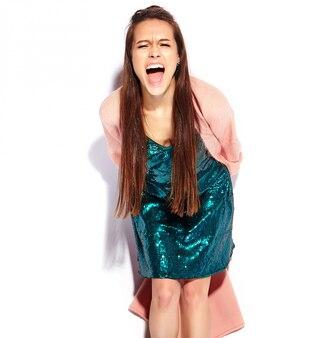 Beau modèle de femme brune hipster hurlant en pardessus rose élégant