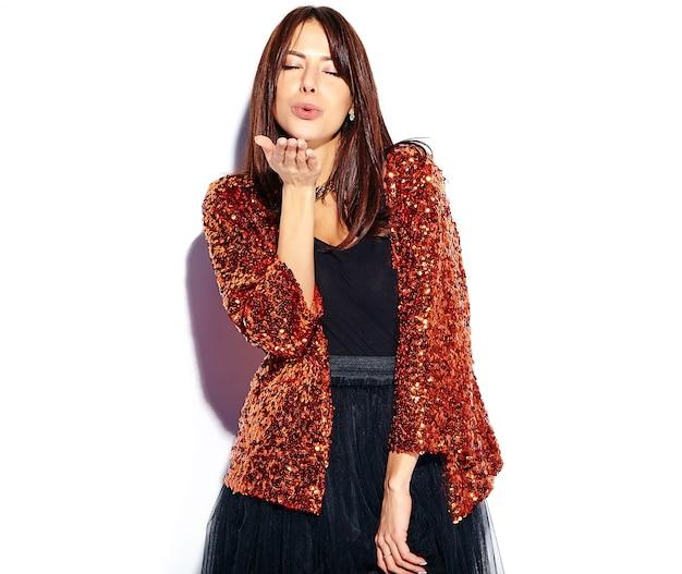 Beau modèle de femme brune hipster souriant dans des vêtements d'été élégant moderne lumineux isolé. donner un baiser