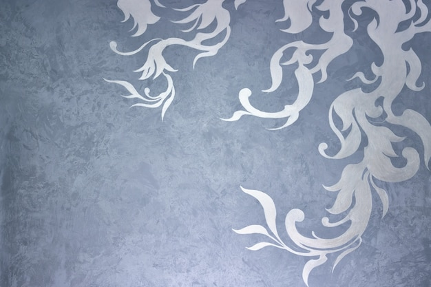 Beau modèle de feuilles de plantes sur un mur de plâtre