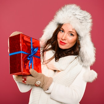 Beau modèle d'hiver montrant le cadeau