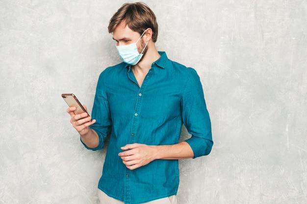 Beau modèle d'homme d'affaires lumbersexual hipster souriant portant des vêtements de chemise jeans décontractés.