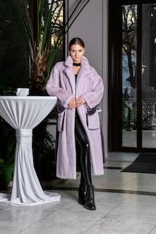 Beau modèle en long manteau de fourrure