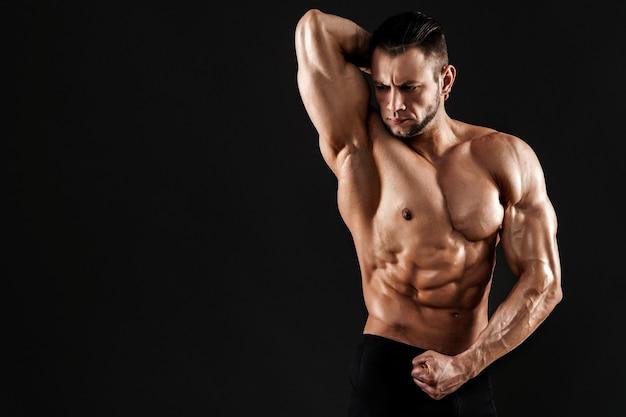 Beau modèle masculin posant au studio.