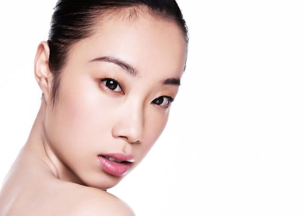 Beau modèle avec une peau éclatante de santé naturelle isolée sur fond blanc