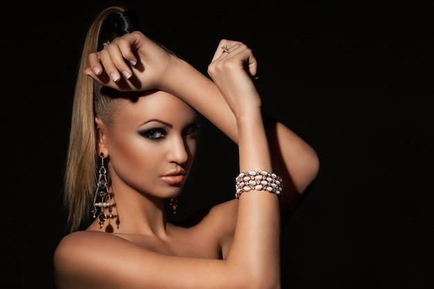 Beau modèle avec ponytale et maquillage