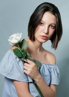 Beau modèle posant avec fleur