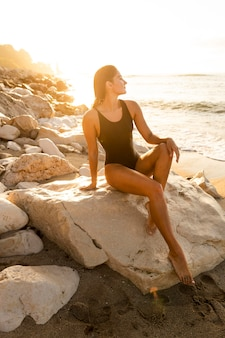 Beau modèle posant à la plage