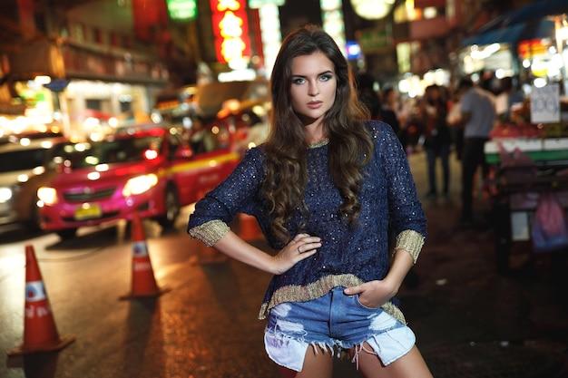 Beau modèle pose dans le quartier chinois de la ville de bangkok