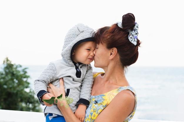 Beau moment avec petit-fils et grand-mère
