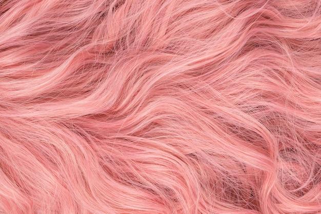 Beau motif de cheveux ondulés rose. vue de dessus.