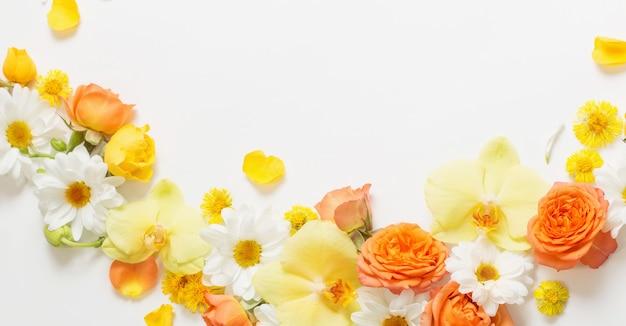 Beau motif floral jaune et orange sur fond blanc