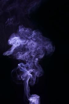 Beau motif de fumée pourpre sur fond noir