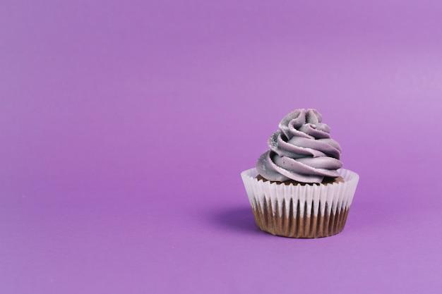 Beau muffin sur fond violet