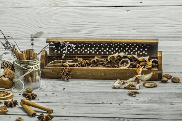 Beau mur en bois blanc, bâtons de cannelle, anis étoilé, citron