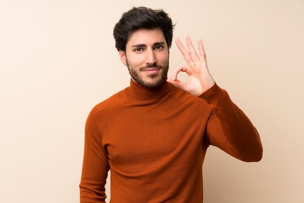 Beau sur mur isolé, montrant un signe ok avec les doigts