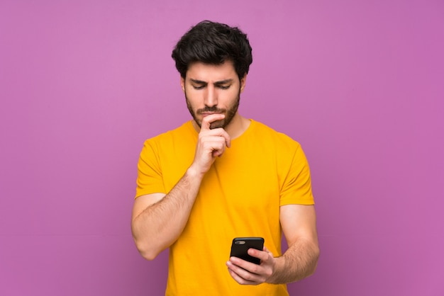 Beau mur isolé violet pensant et envoyant un message