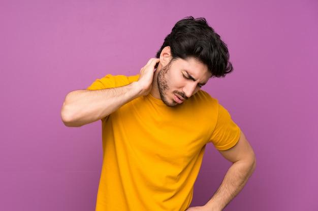 Beau mur violet isolé avec maux de cou