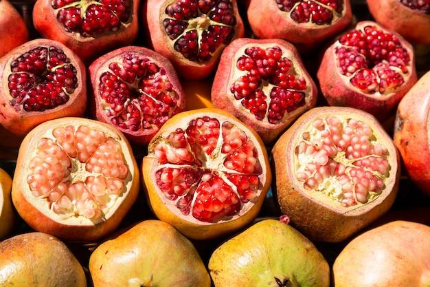 Beau naturel avec des grenades, des oranges et des fruits de raisin.